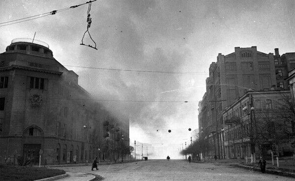 Горить Будинок оборони. Листопад 1943 року.