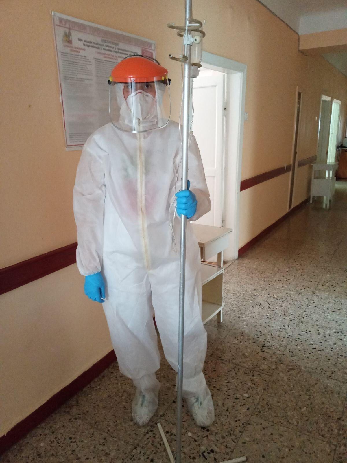 Один из врачей Киевской городской клинической больницы №4 на рабочей смене