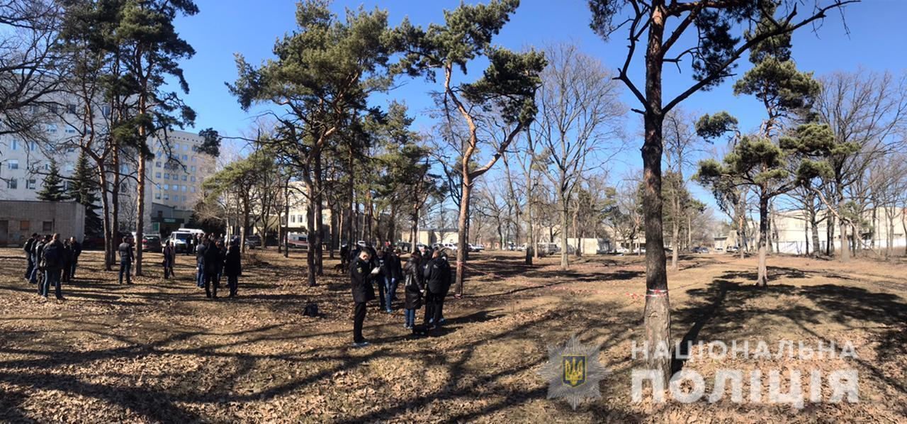 Около 17 больницы Харькова в листьях нашли труп малыша