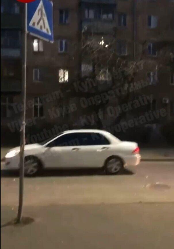 Чоловік кидав пляшки по автомобілям.