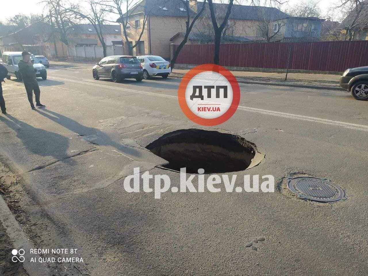 Яма появилась на дороге на улице Жмеринская.