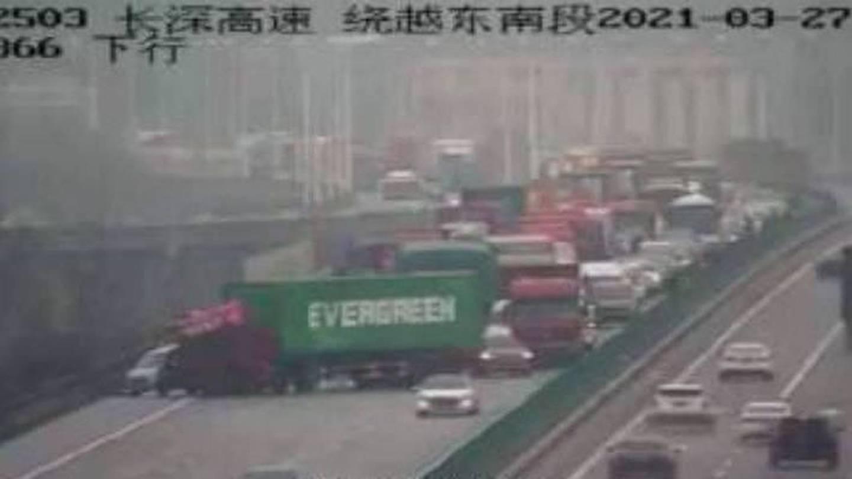 Un camión con el logotipo de Evergreen en el contenedor bloqueó el carril rápido.