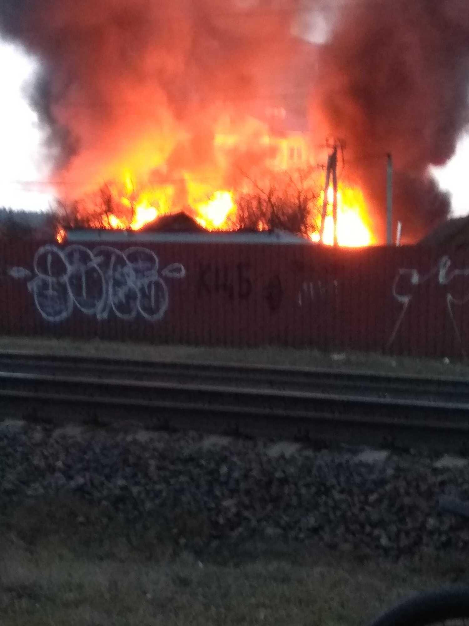 Мощный пожар охватил частный сектор в поселке Коцюбинское