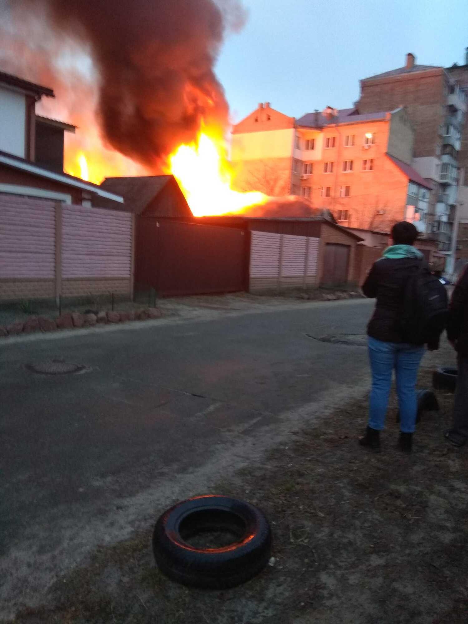 На Киевщине мощный пожар охватил частный дом. Фото и видео