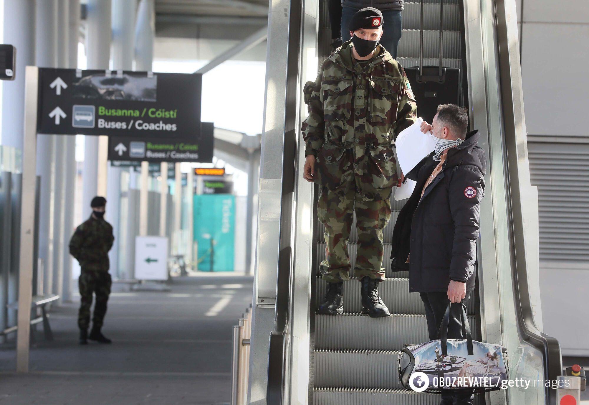 По прибытии в аэропорт Дублина пассажира сопровождают в автобус, а те, кто прилетел с одной из 33 стран высокого риска, должны пройти обязательный 12-дневный гостиничный карантин