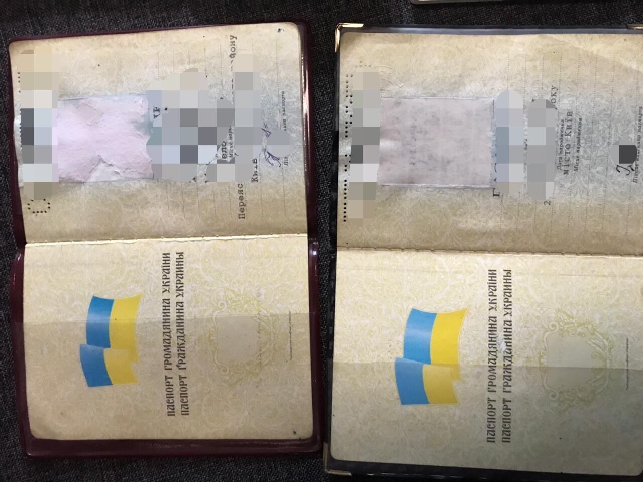 Шахраї міняли фотографію в паспорті студента-медика на фото підставної особи