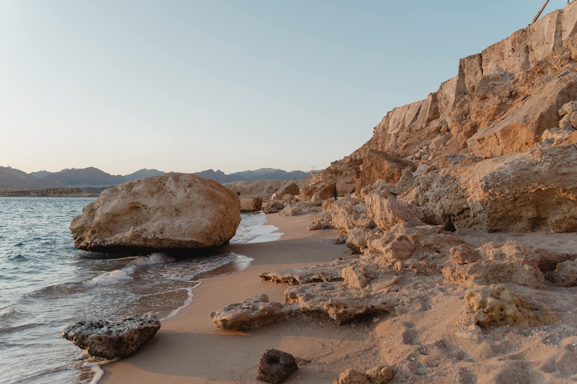 Узбережжя Шарм-ель-Шейху оточують гори, які захищають курорт від вітрів