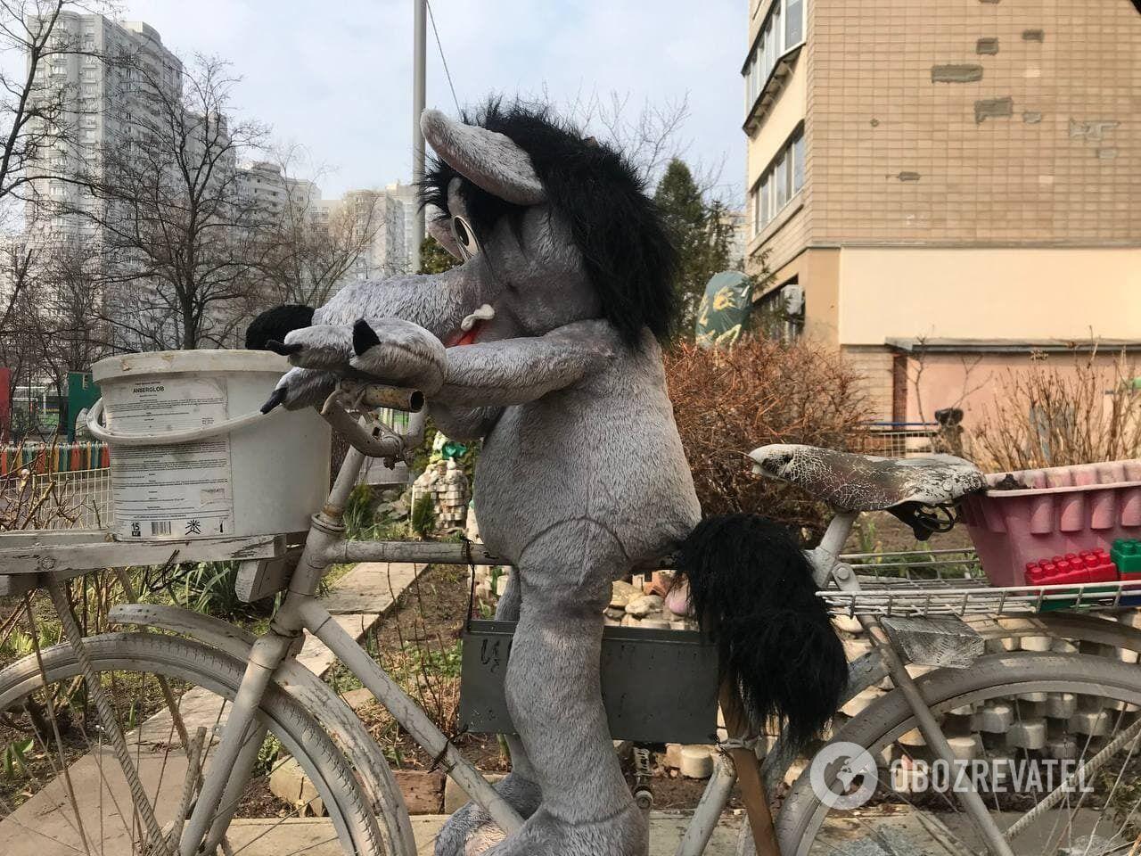 Вовченя мчить на велосипеді.