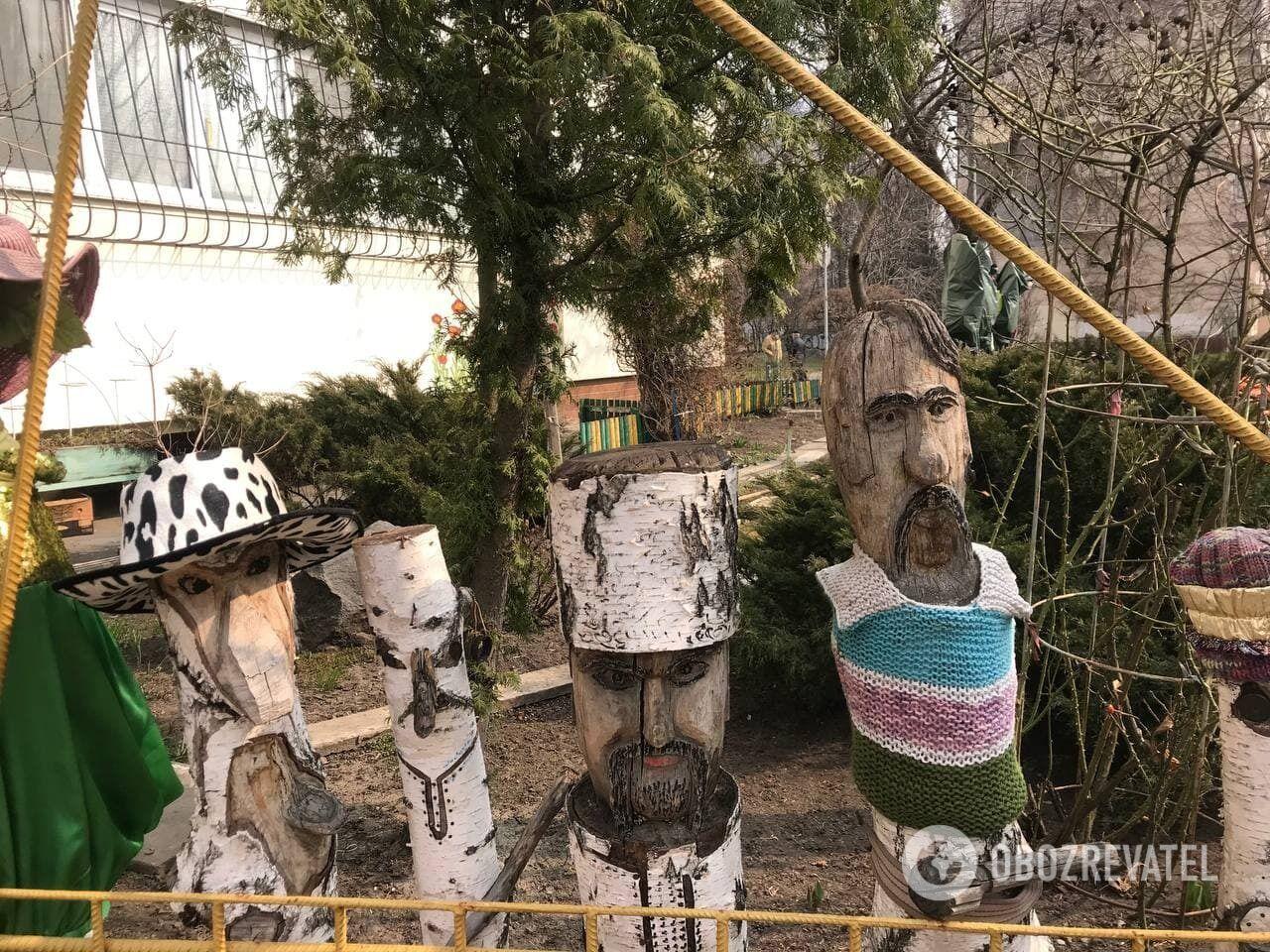 Скульптури з дерева створив місцевий умілець.