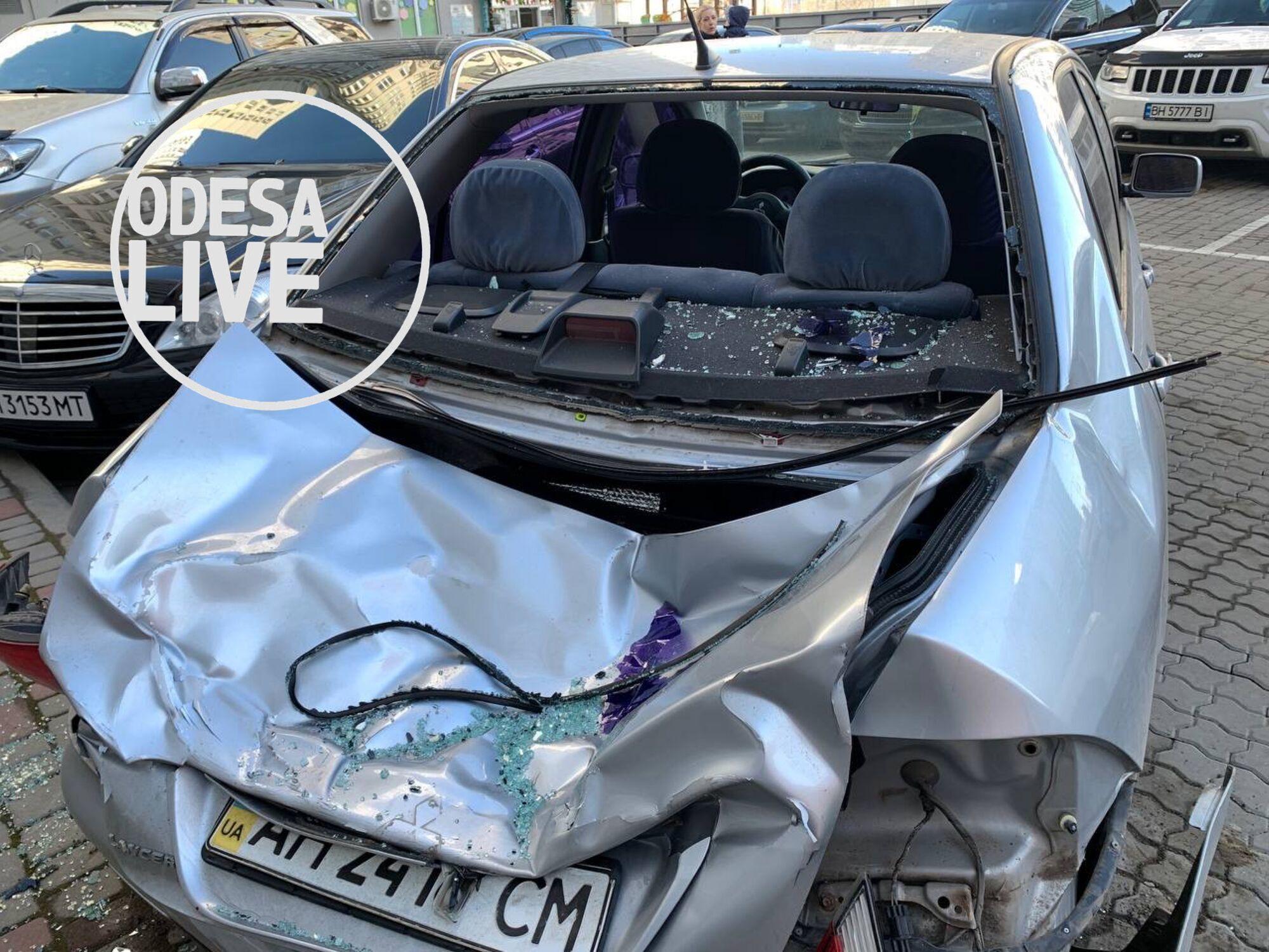 Машина сильно пострадала от удара.