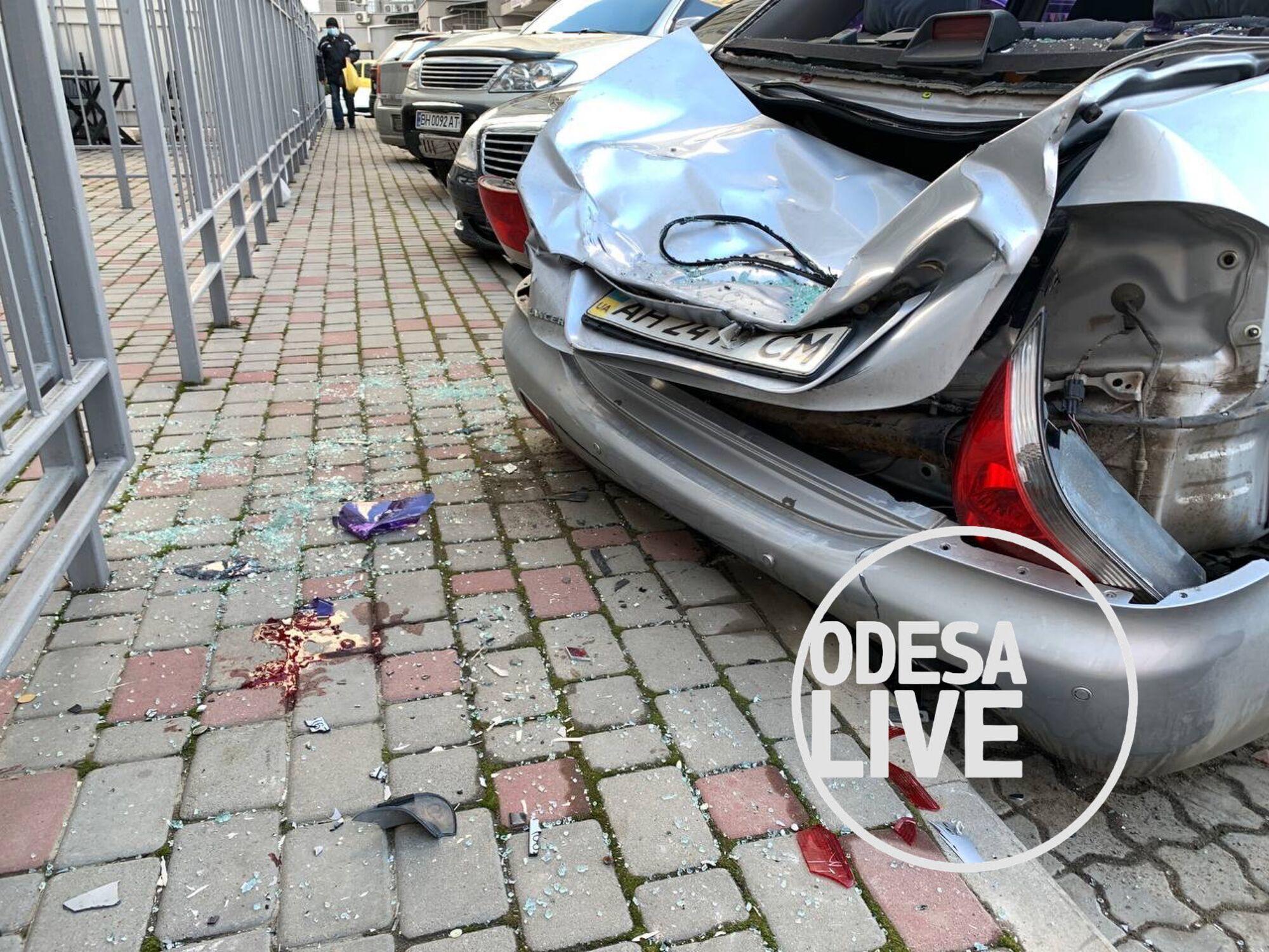 В Одессе мужчина выпал из окна на машину.
