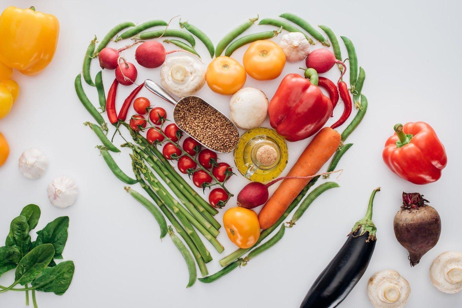 Рацион должен состоять из овощей, нежирного мяса, каш, немного орехов и фруктов