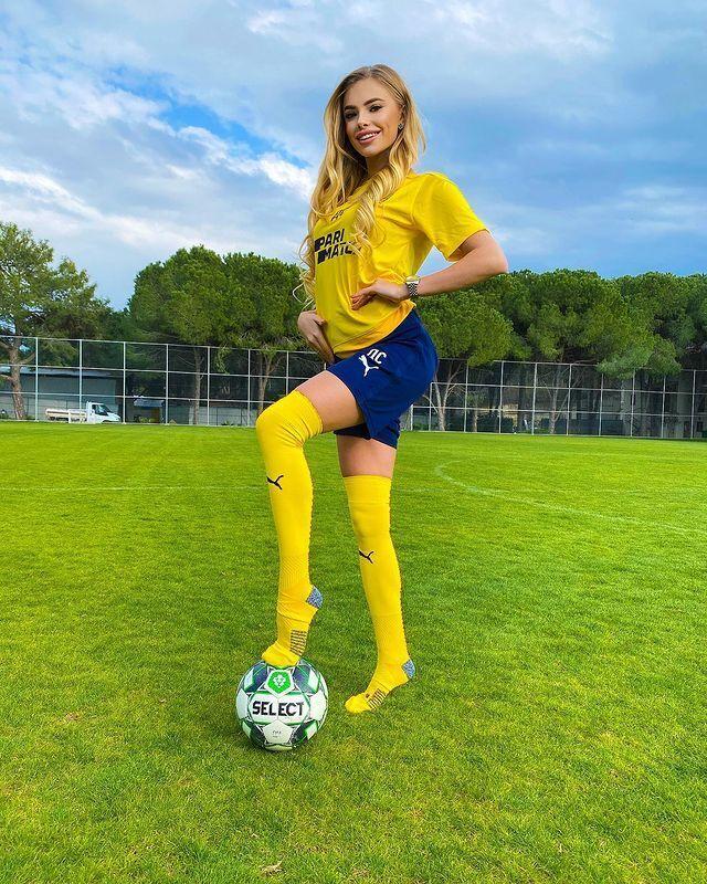 Даша Савина поставила ногу на мяч