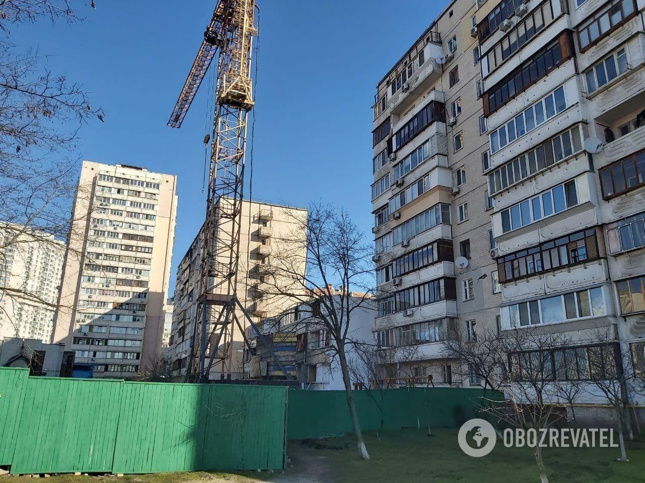 Работы по демонтажу здания продолжаются.