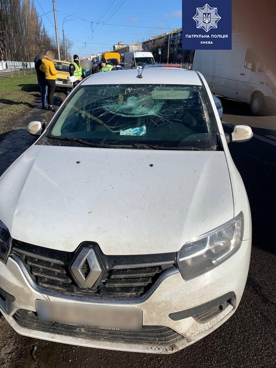 Водитель на переходе сбил женщину с коляской.