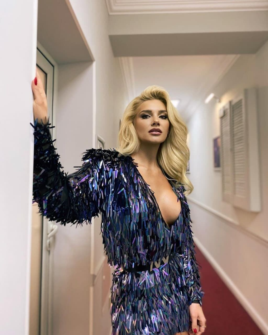 Міша Романова позує в красивому вбранні
