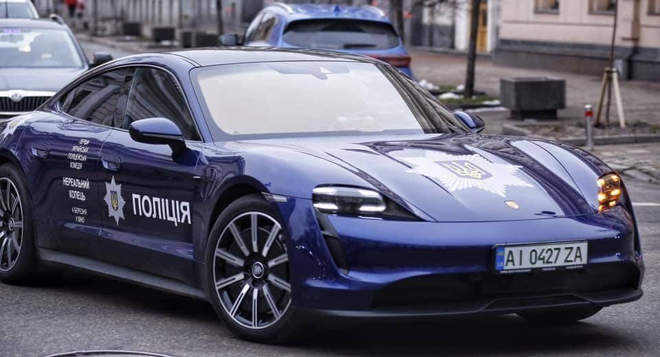 В Киеве засняли Porsche Taycan с эмблемой Нацполиции.