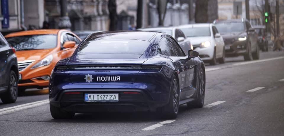 """""""Полицейский"""" Porsche Taycan на улицах Киева."""