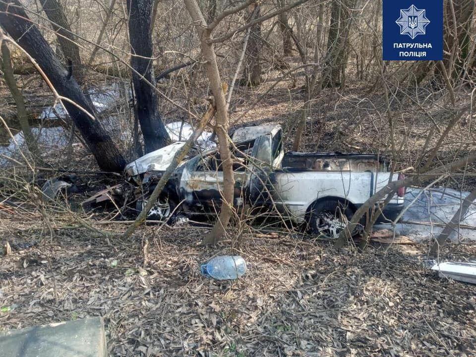 После наезда автомобиль съехал в кювет и загорелся