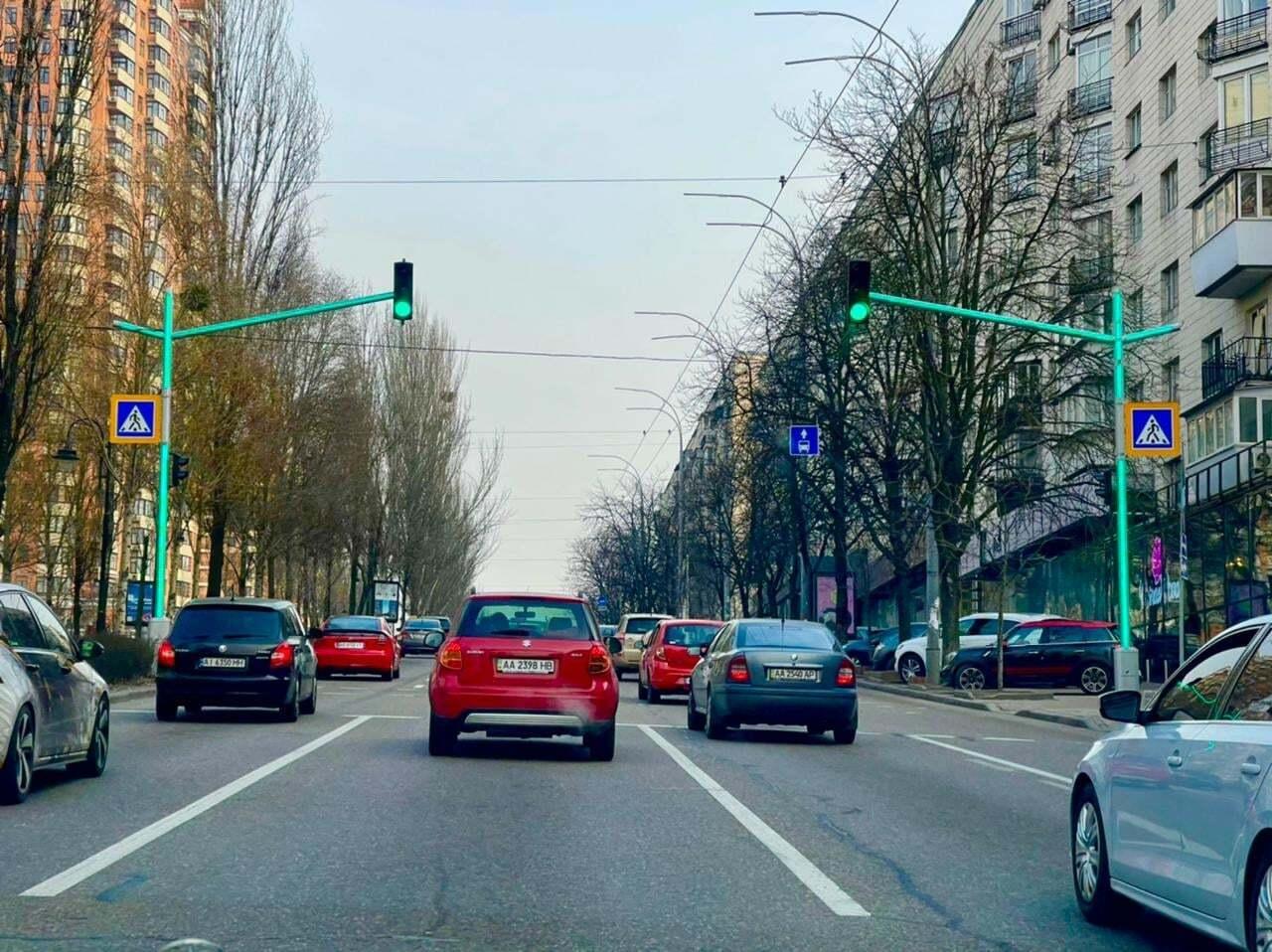 Новый светофор хорошо виден для водителей.