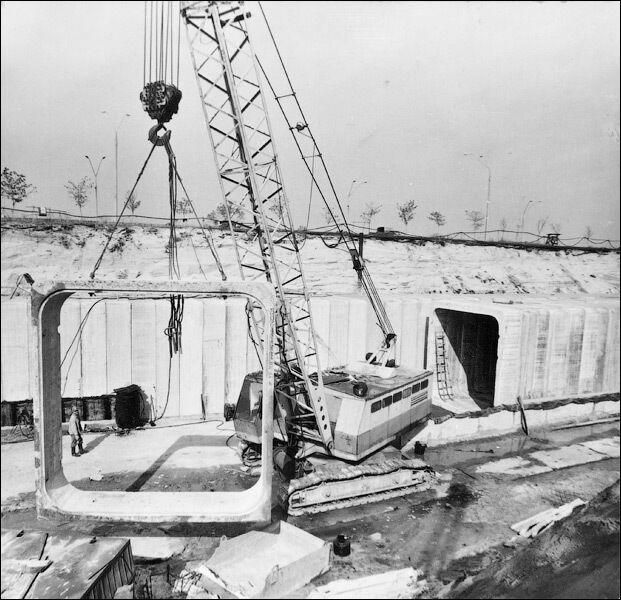 Ця ділянка метро була побудована відкритим способом на намивних територіях.