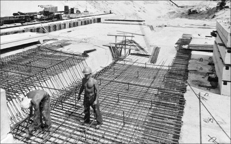 """Арматурні роботи на фундаментній плиті станції """"Позняки""""."""
