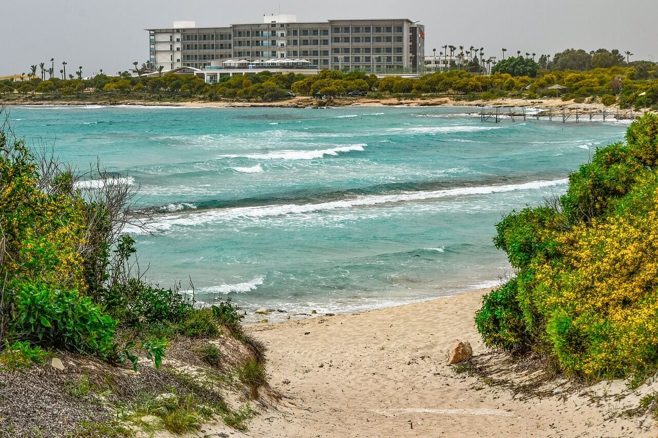 Кіпр омиває Середземне море.
