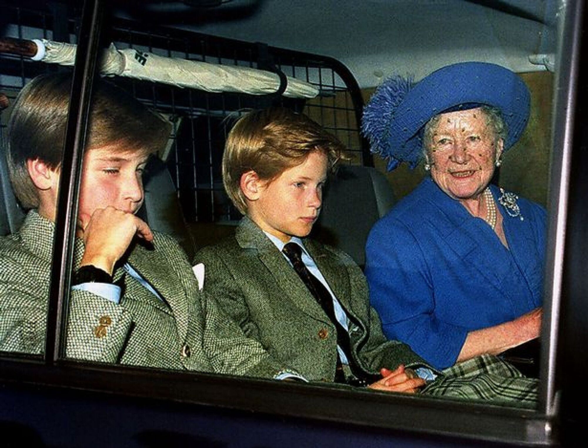 Принци Вільям і Гаррі з прабабусею.