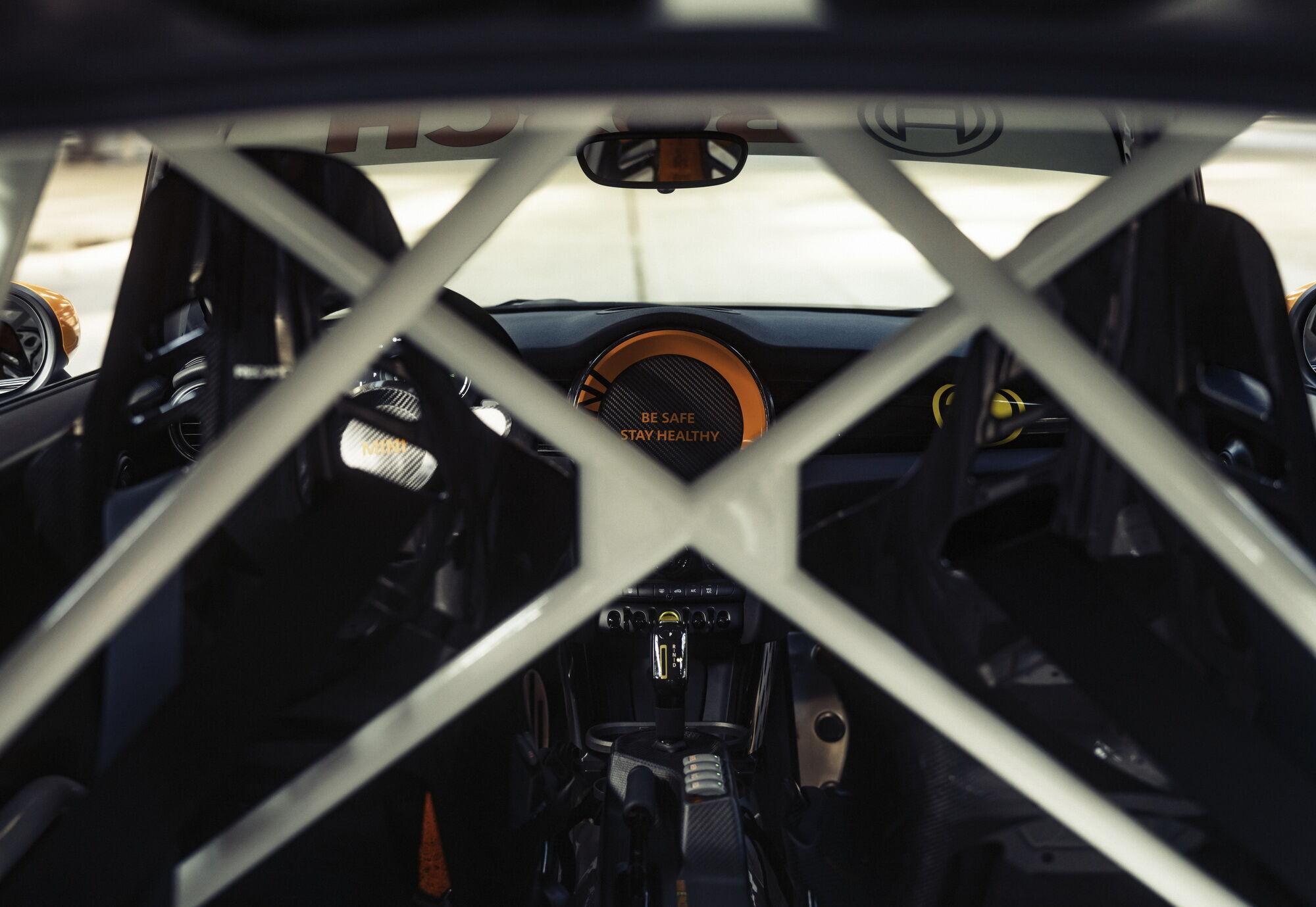 У машині немає заднього ряду крісел, а замість них встановлено каркас безпеки