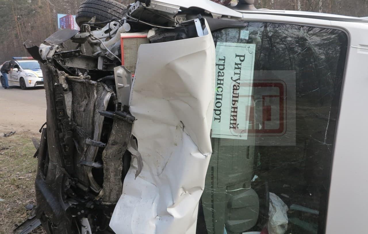 Москвич столкнулся с автомобилем ритуальной службы.