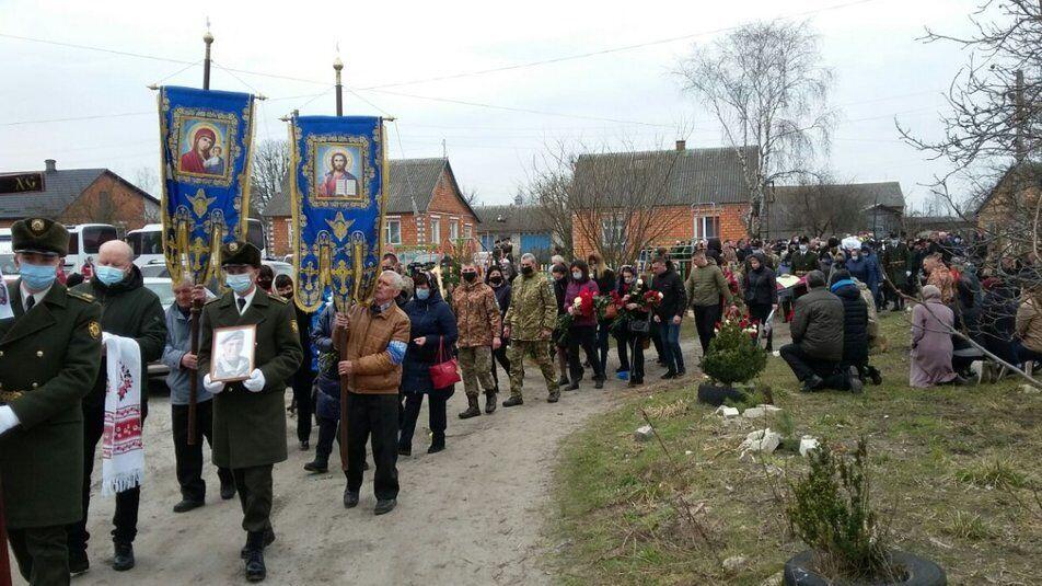 Люди проводжали воїна ЗСУ Абрамовича на колінах