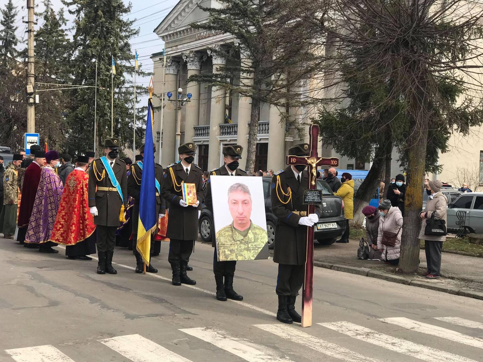 Труну з тілом воїна ЗСУ Барнича супроводжував військовий оркестр