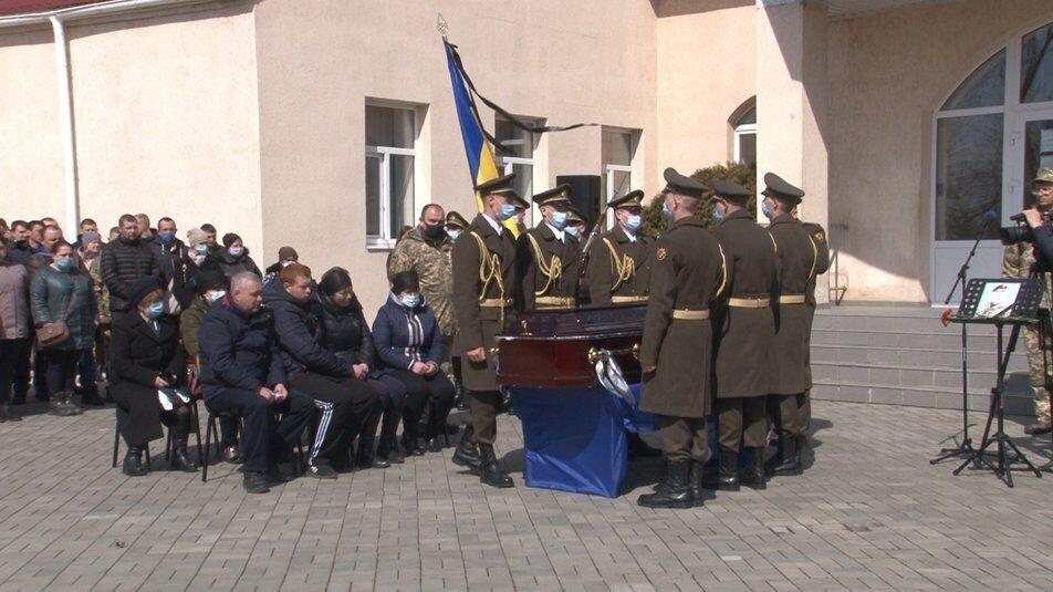 Родина Сергія Гайченка біля його труни