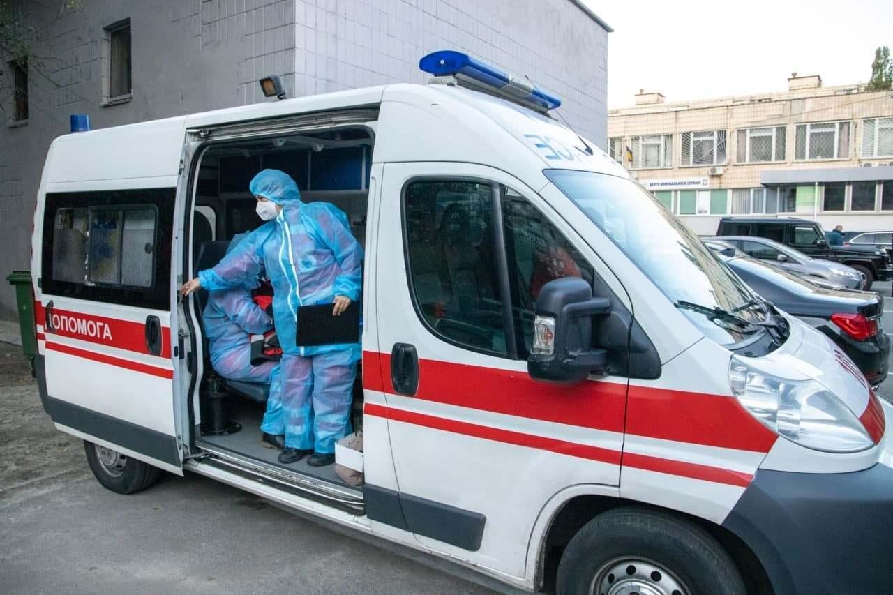 """Медики """"скорой"""" госпитализируют больного коронавирусом в 4-ю городскую больницу Киева"""