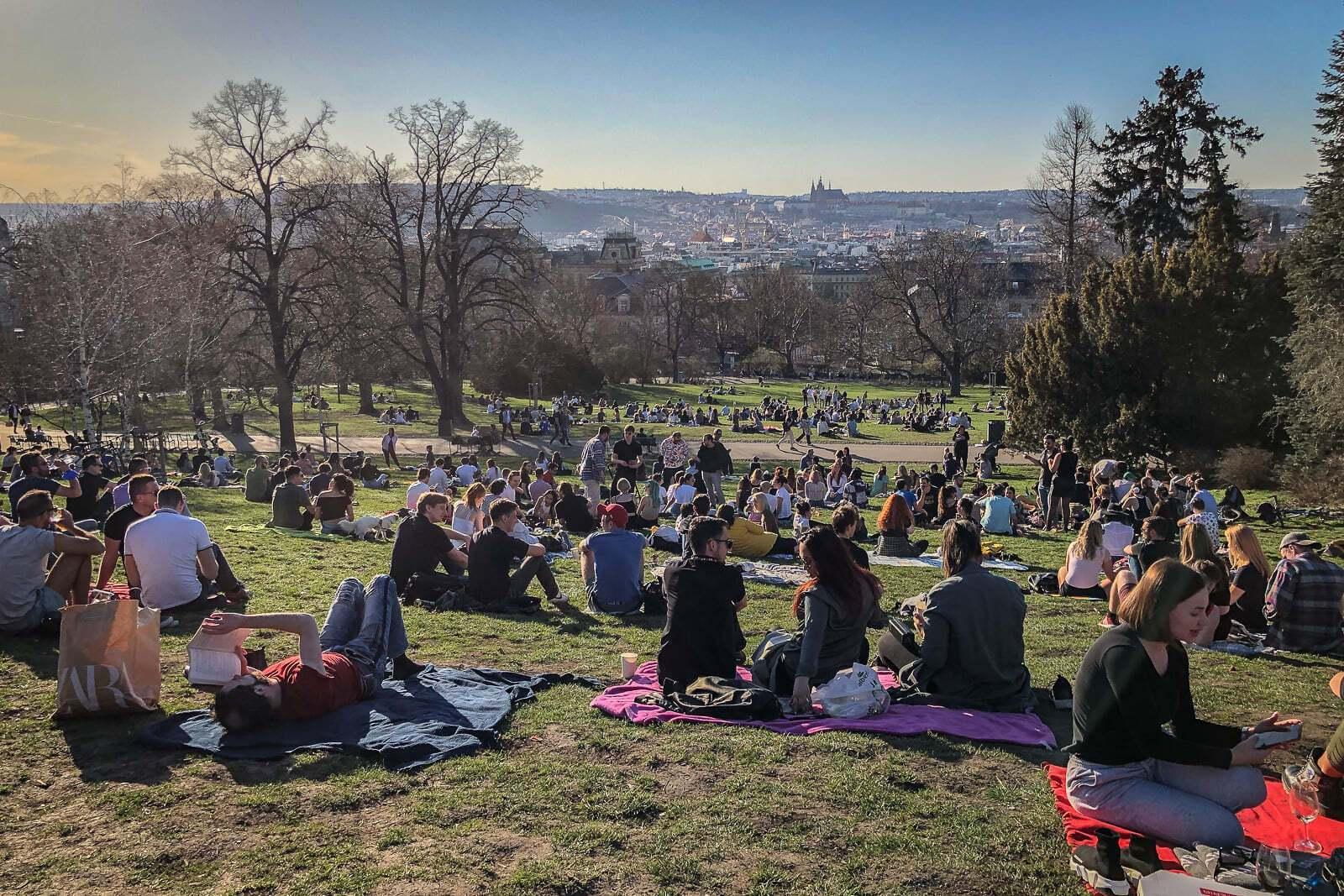 Багато людей зібралося в Ріегрових садах у Празі