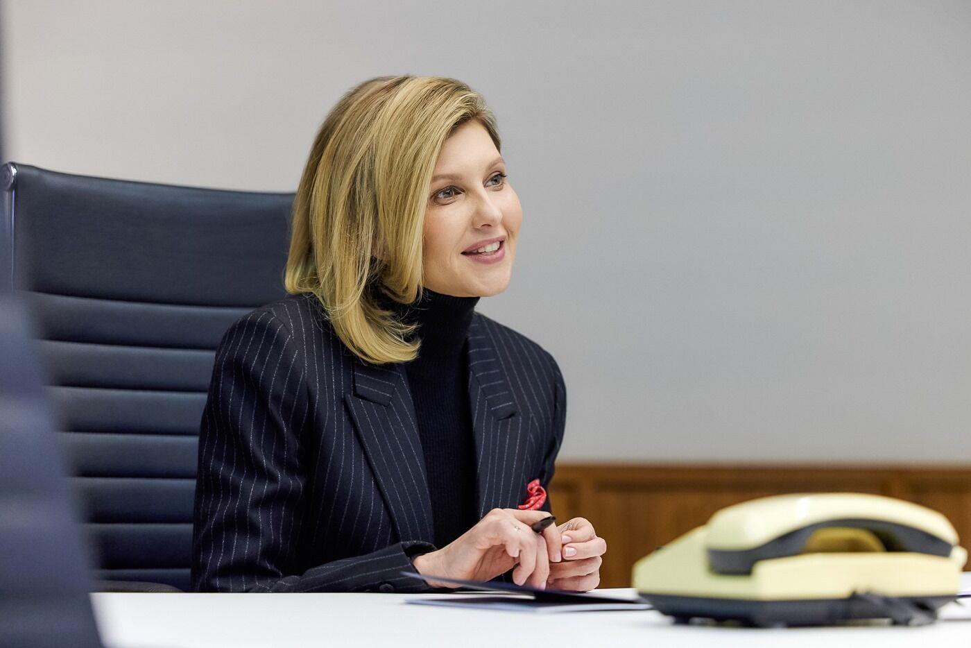 Зеленская провела видеоконференцию в полосатом пиджаке