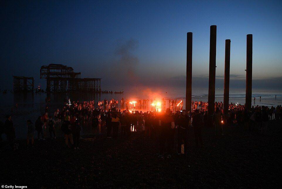 На пляжі в Брайтоні влаштували імпровізовану вечірку з вогнеметами