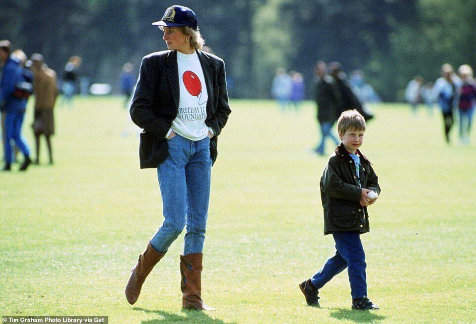 Принцесса Диана позировала с принцем Уильямом.