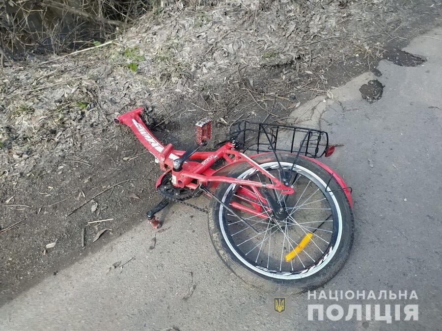 Велосипеды детей разлетелись по дороге