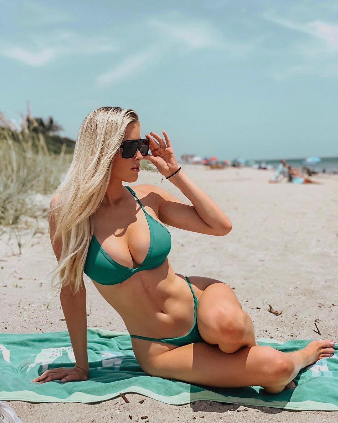 Дженна Берман на пляжі