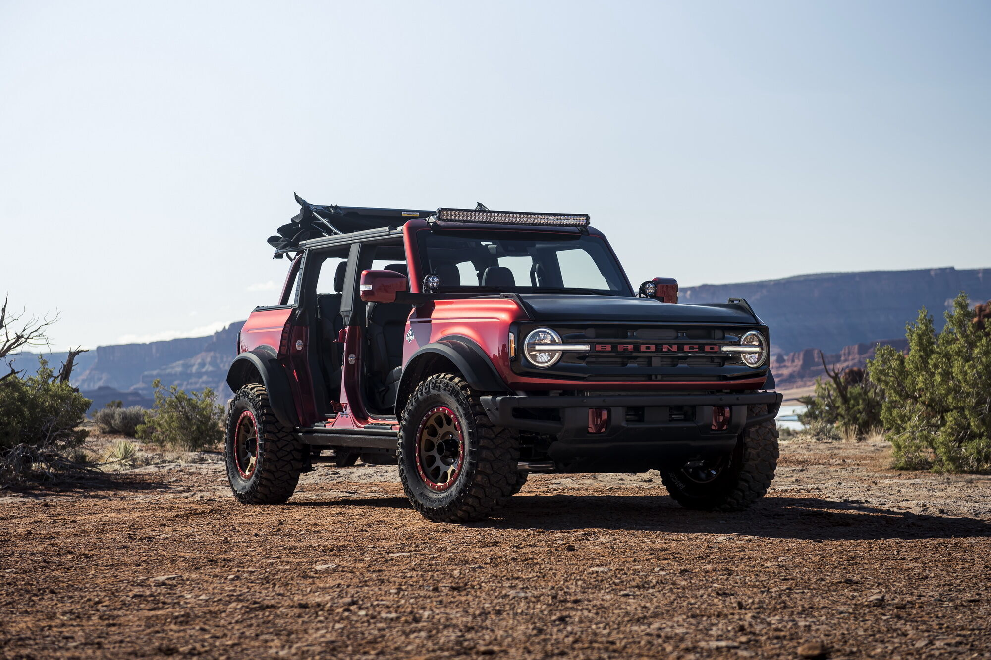 Тюнінгований Bronco зі знімними дверима Outer Banks та позашляховим пакетом Sasquatch