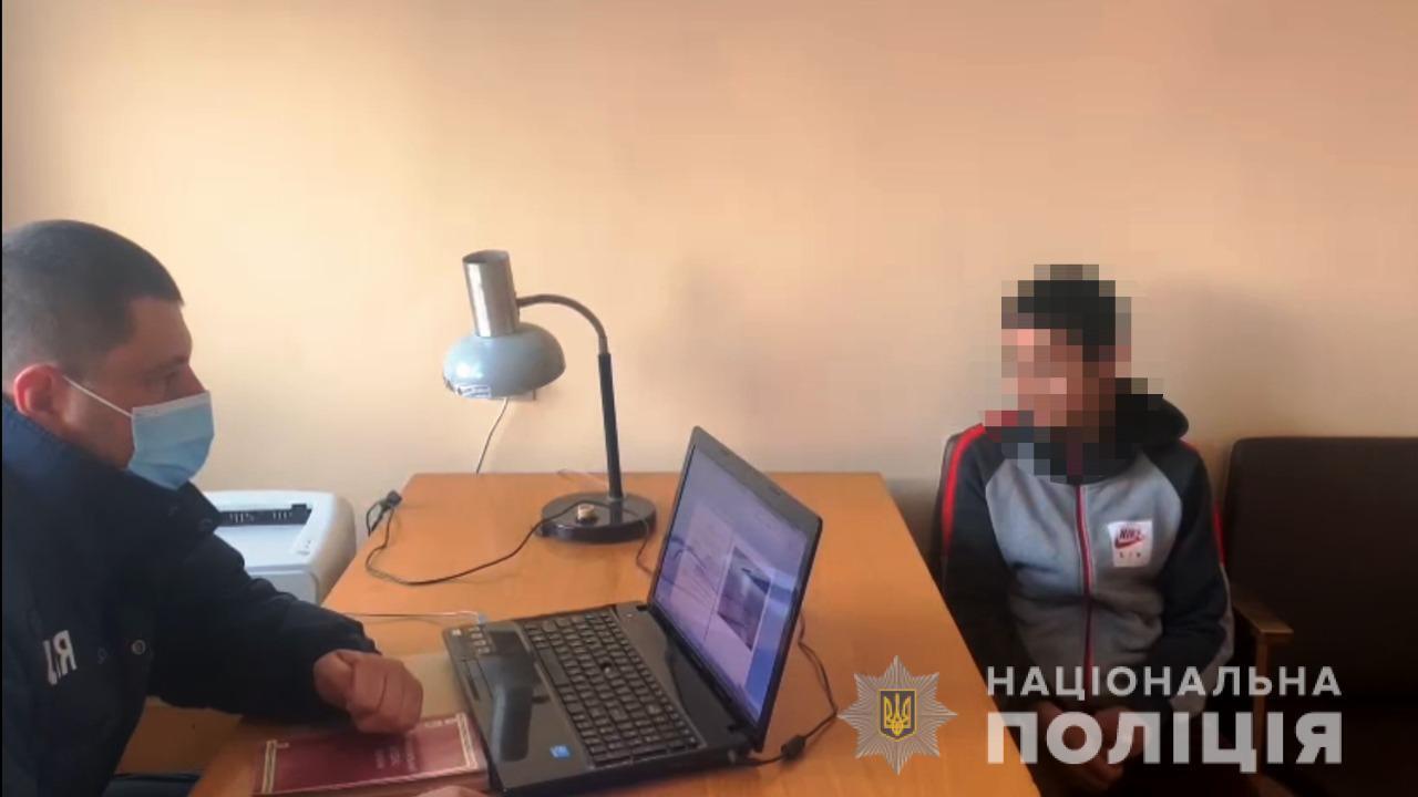 Правоохранитель и малолетний во время допроса
