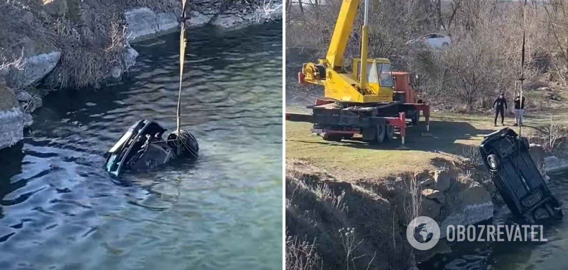Автомобіль із загиблими витягли з водойми