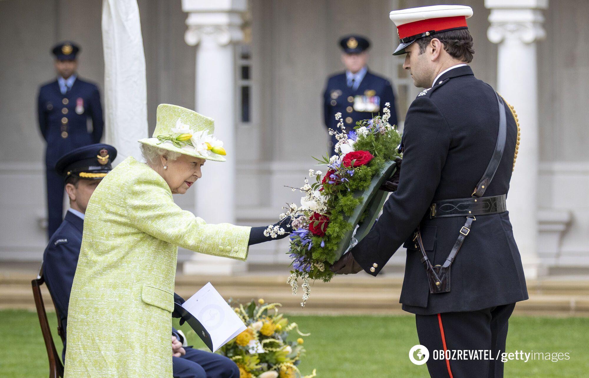 Єлизавета II вибрала зелене пальто і капелюшок у тон для виходу у світ