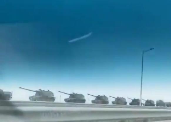 На Керченському мосту помітили колону російських гаубиць