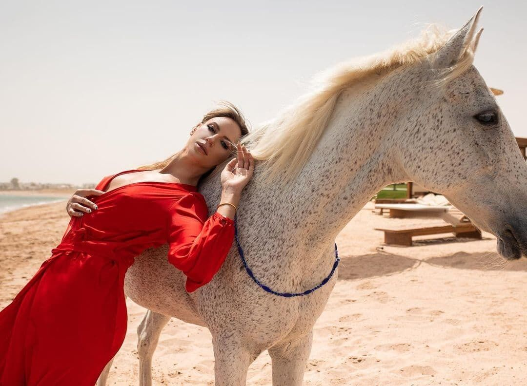 Леся Никитюк позировала с конем.