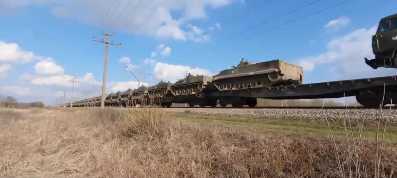 У Ростовській області зняли на відео потяги з військовою технікою РФ