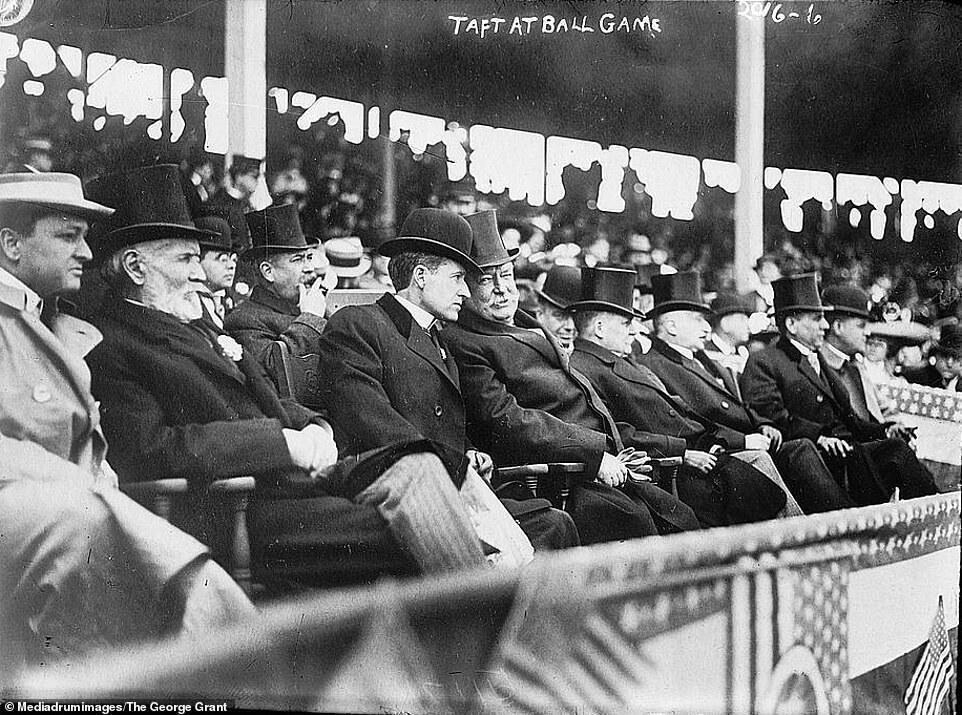 Президент Вільям Х. Тафт (на фото в центрі) в 1910 році у Вашингтоні на бейсбольному матчі