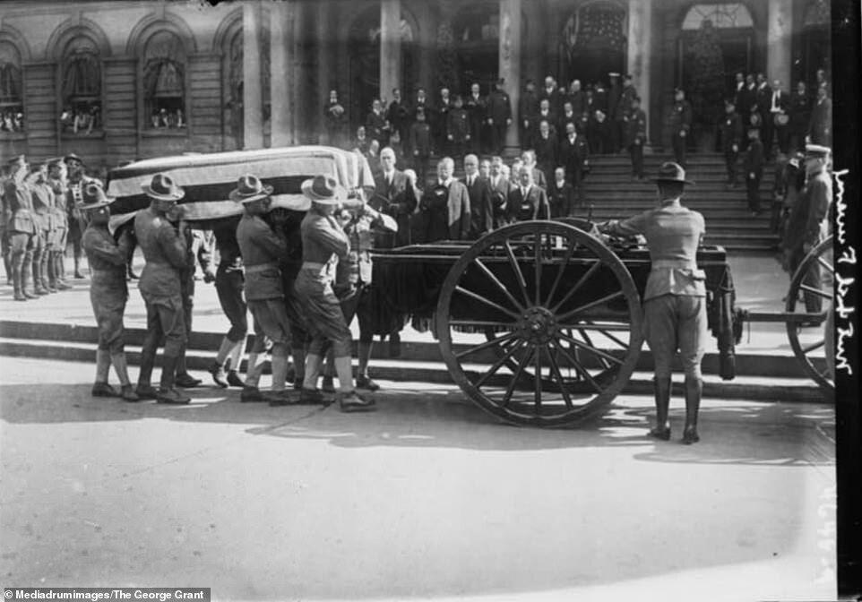 Труну з тілом колишнього мера Нью-Йорка Джона Пурроя Мітчела завантажують в вагон в 1918 році