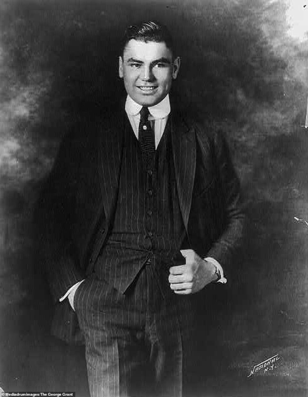 Професійний боксер Джек Демпсі позує в костюмі в 1895 році
